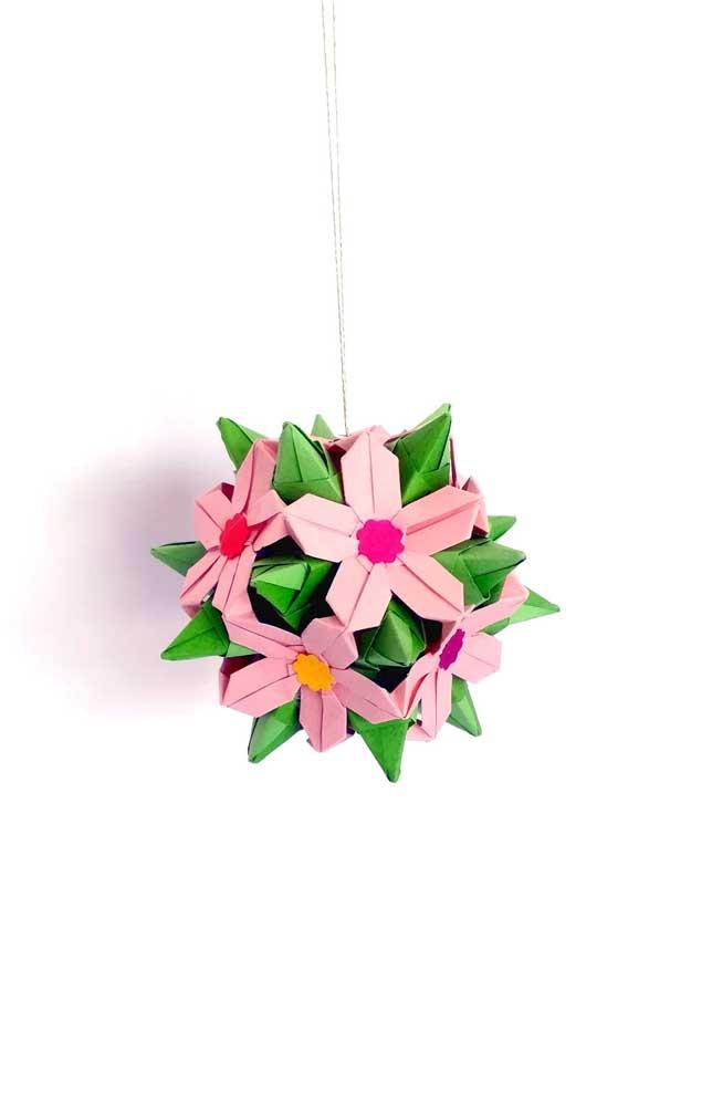 Modelo de Kusudama em flor de tamanho pequeno, fácil de fazer, ideal para quem está aprendendo essa arte milenar