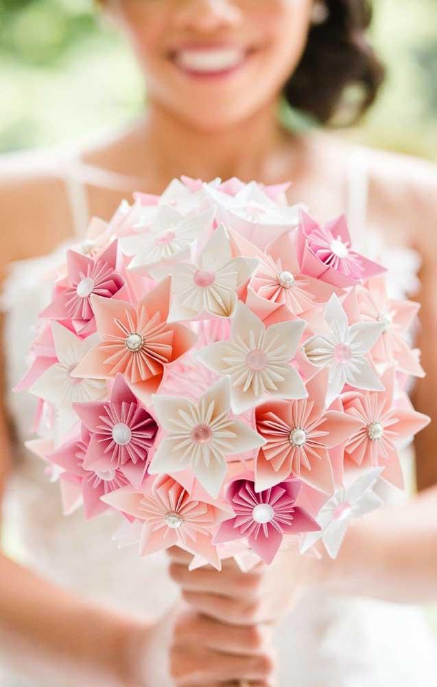 Buque de Kusudama de flores brancas, rosas e rosa pink, ideal para casamentos ao ar livre