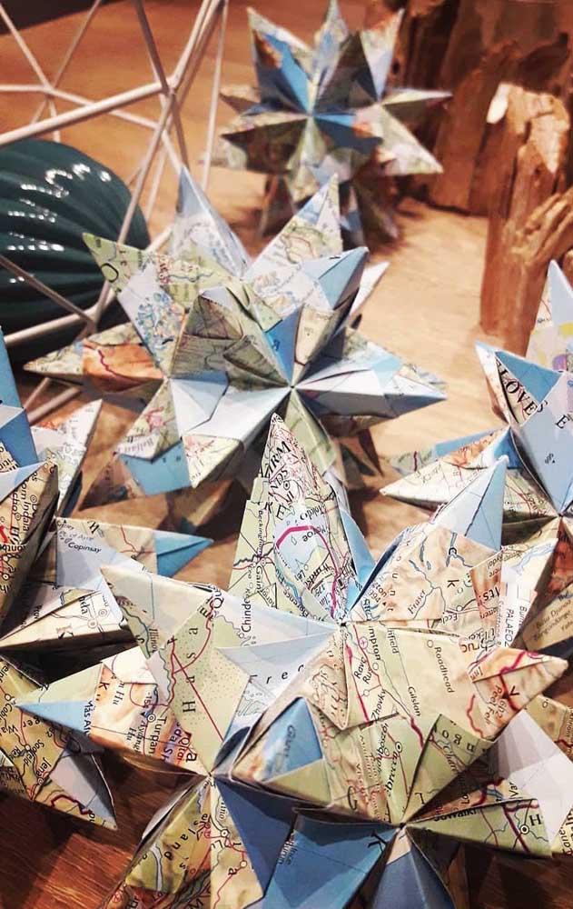Uma inspiração bem diferente e criativa é fazer o Kusudama em papéis de mapas, estampando um estilo diferente para o origami