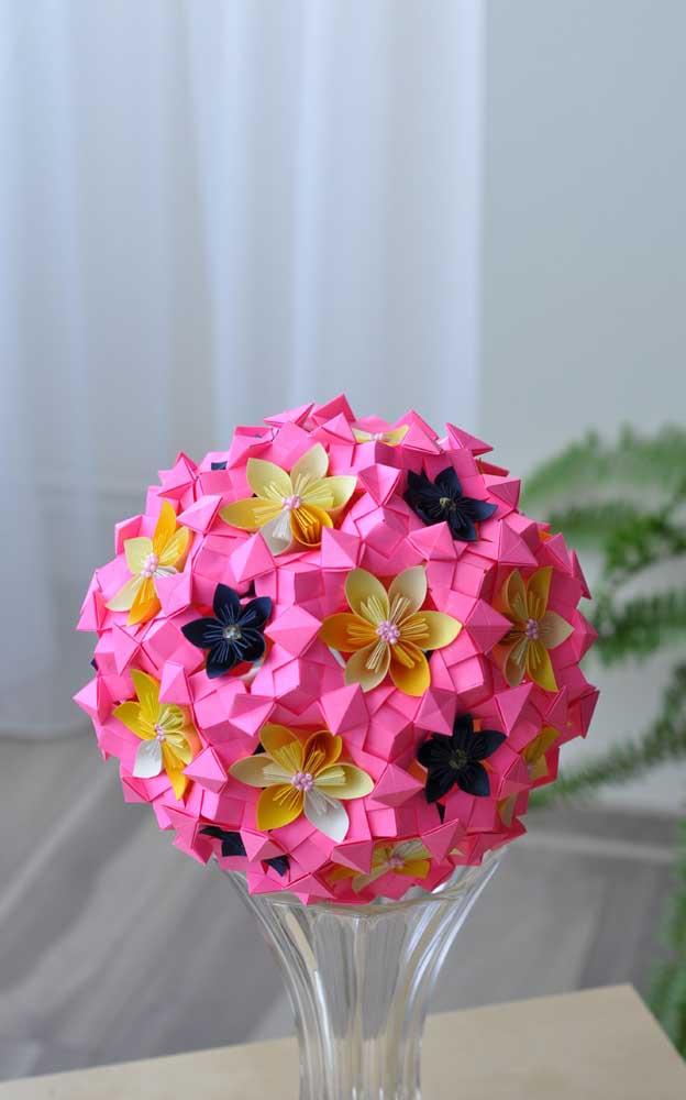 Na ponta do vaso foi colocado o origami flor, com pequenas flores detalhadas em cores diferentes e com pequenas contas para o miolo de cada uma delas