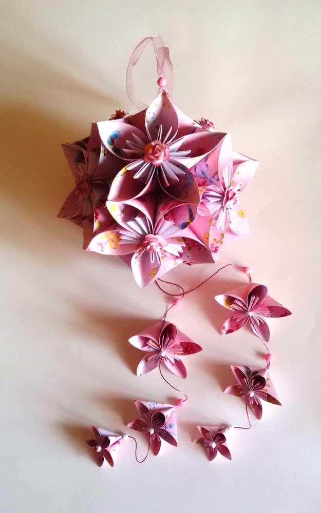 Esse Kusudama de flores ficou super delicado e romântico, ainda mais com as peças ao longo do cordão