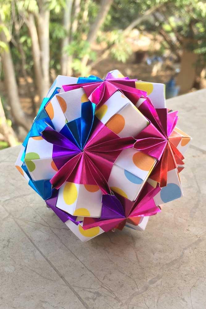 Kusudama simples, com papéis estampados e coloridos, modelo ideal para ensinar as crianças