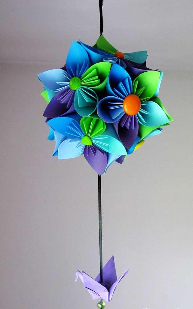 Kusudama colorido em flor com origami na ponta e detalhes em botões para o miolo das flores