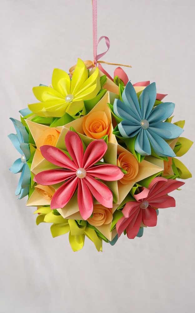Opção de Kusudama em flores coloridas decorado com pérolas; as fitas de cetim foram usadas para dar sustentação a peça