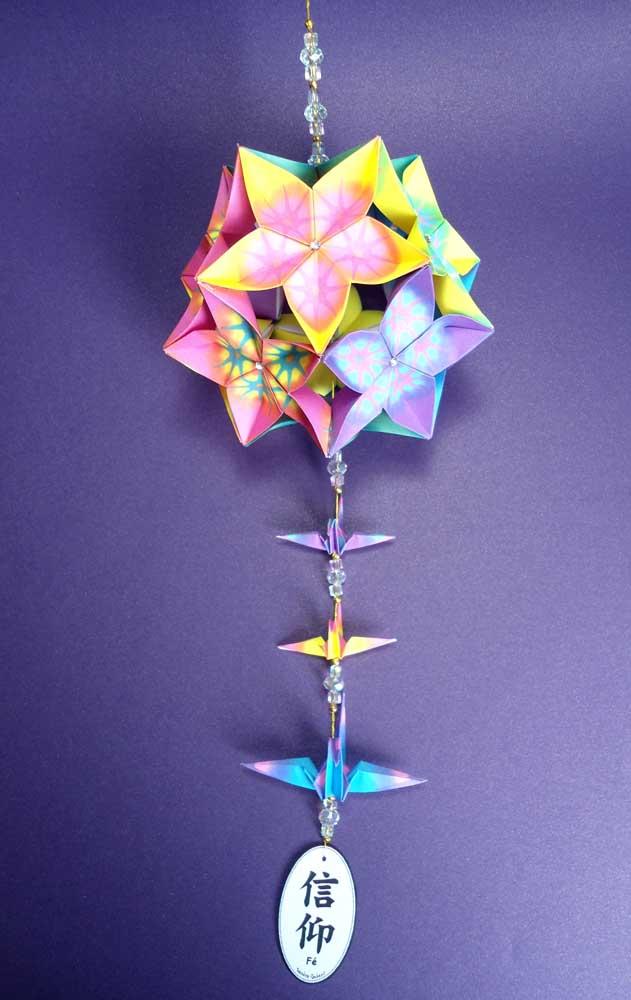 Um modelo caleidoscópico de Kusudama, ótima opção para presentear aniversariantes, desejando saúde, boa sorte e felicidade