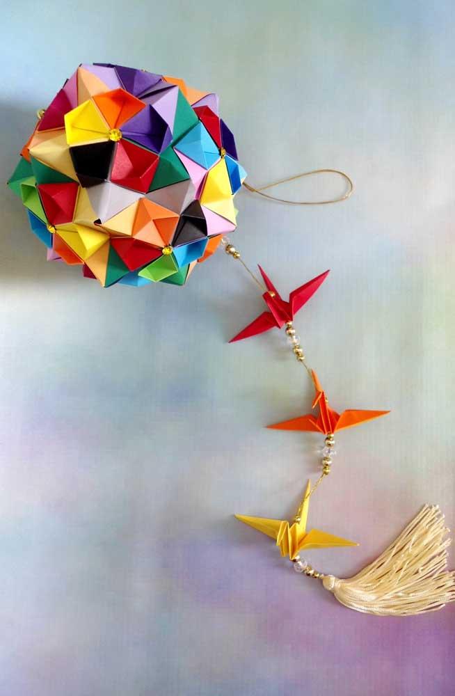 Inspiração de Kusudoma colorido, perfeita para fazer com as crianças, com origamis coloridos na ponta