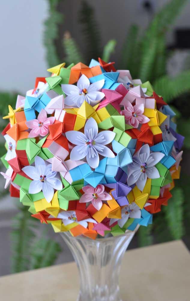 Que linda inspiração do Kusudama colorido em flores com contas, ideal para decorar