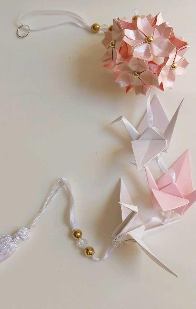 Kusudama simples, delicado e romântico valorizado pelos origamis na ponta