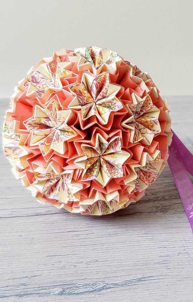 Kusudama feito com papel estampado nas flores da esfera