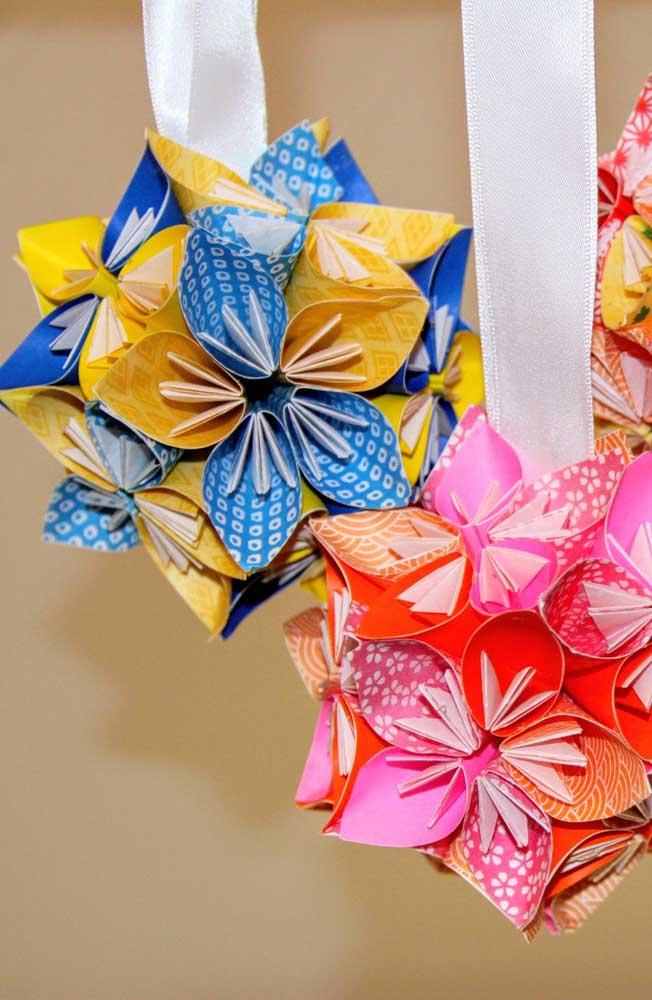 Kusudama ball colorido e estampado com flores e fita para pendurar