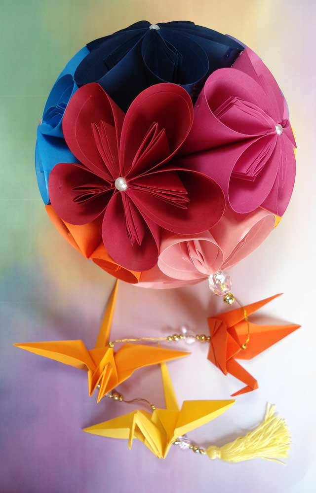 Uma linda inspiração de Kusudama: a escolha perfeita das cores unida aos detalhes de perolas e origamis completou a peça com muito charme e beleza