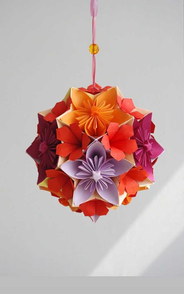 Um modelo lindo de Kusudama em cores quentes, ideal para pendurar na janela da cozinha ou da varanda, por exemplo