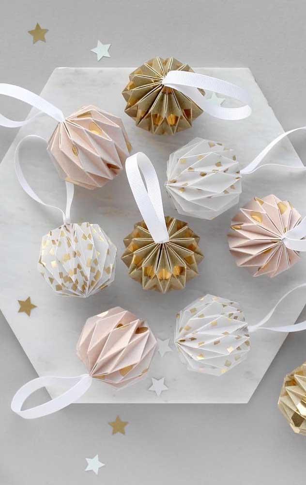 Modelos delicados de Kusudama com fita e detalhes em dourado. Perfeito para decorar festas e datas temáticas, como natal e ano novo