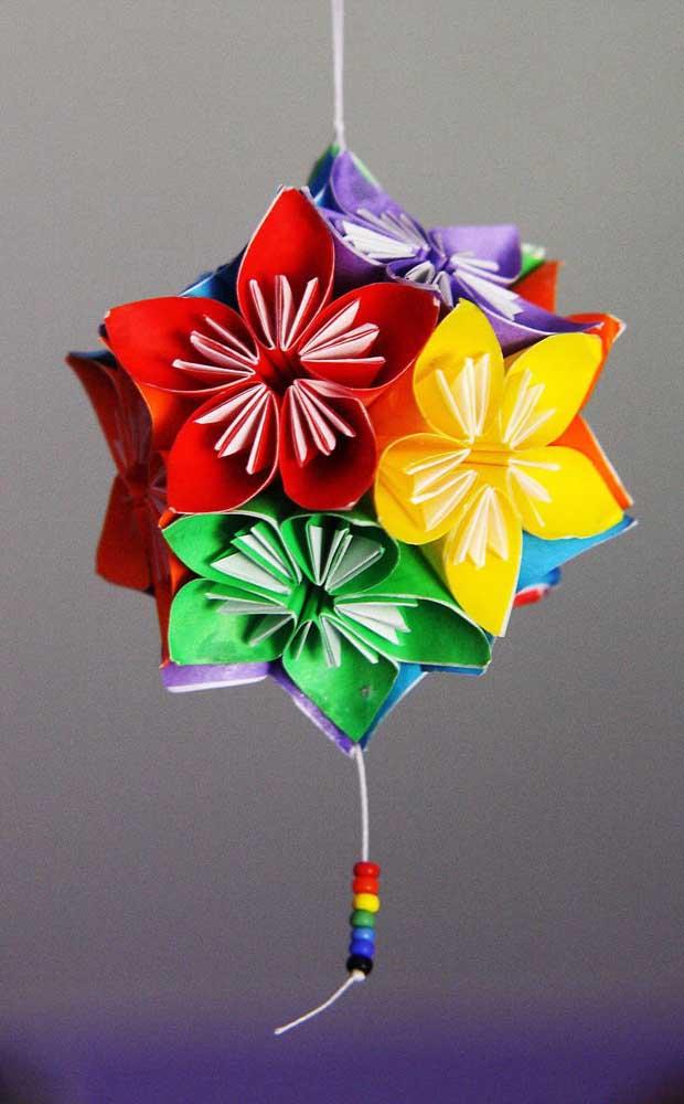 Modelo de Kusudama ball colorido, um dos tipos de Kusudoma mais comuns e mais bonitos