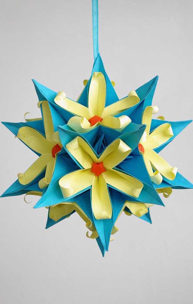 Modelo de Kusudama estrela, lindo, com detalhes em azul, verde e laranja