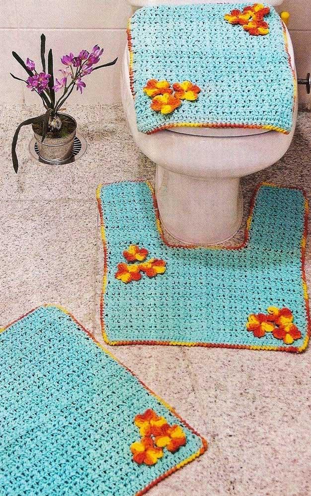 Jogo de tapete de crochê com flores para o banheiro nas cores azul e amarelo
