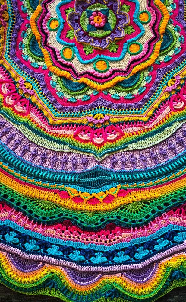 E como não cair de amores por um tapete de crochê todo colorido como esse?