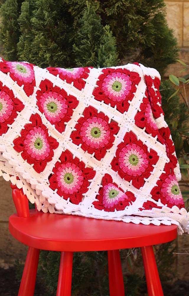 Já aqui a proposta foi fazer o tapete de crochê usando barbante em tom cru nas laterais e linha vermelha e rosa para as flores