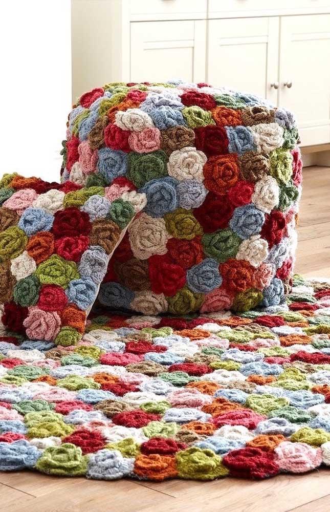 Porque não expandir a ideia do tapete de crochê com flores para as almofadas e o puff?