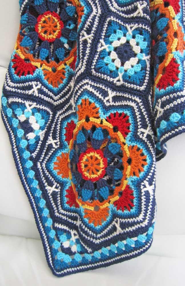 Flores em forma de mandala nesse outro modelo encantador de tapete de crochê