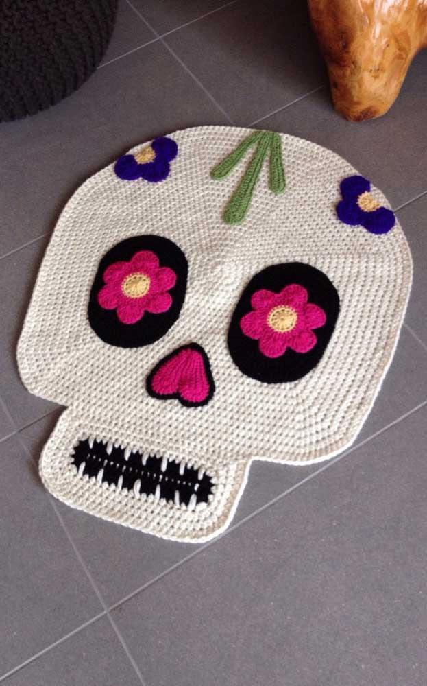 Para uma decor mais moderninha, que tal apostar em tapete de crochê em formato de caveira?