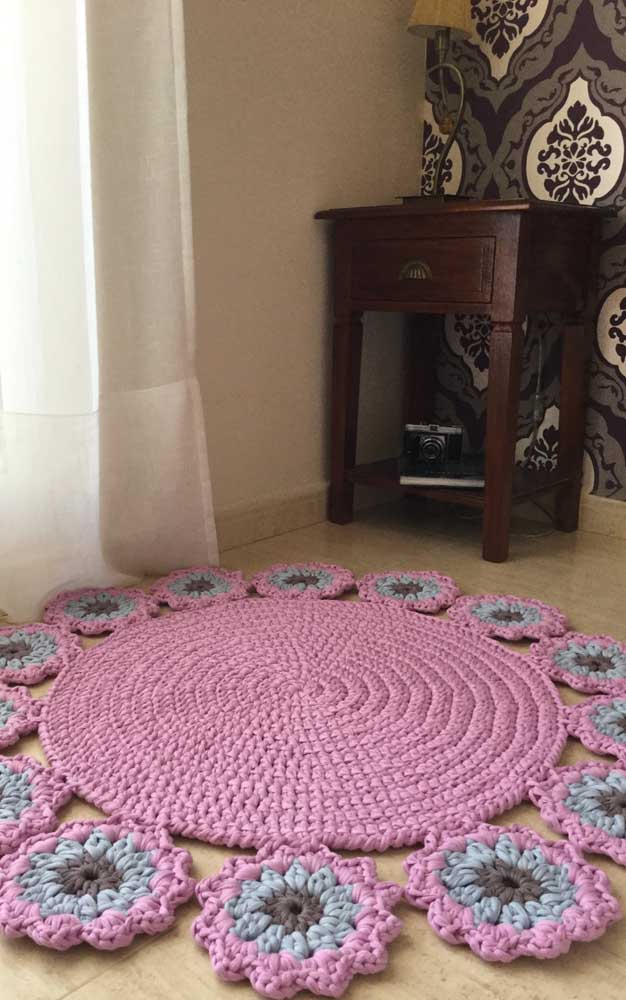 Que mimo esse tapete de crochê redondo com flores nas laterais!