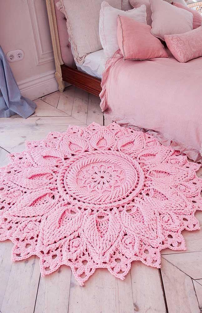 E para o quarto do casal a escolha foi por um tapete de crochê com flor central; repare na delicadeza e refinamento perfeito desse trabalho
