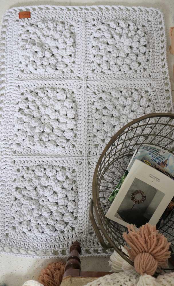 Um tapete de crochê com flores para dar aquele aconchego para os pés e aquecer o ambiente nos dias mais friozinhos do ano!