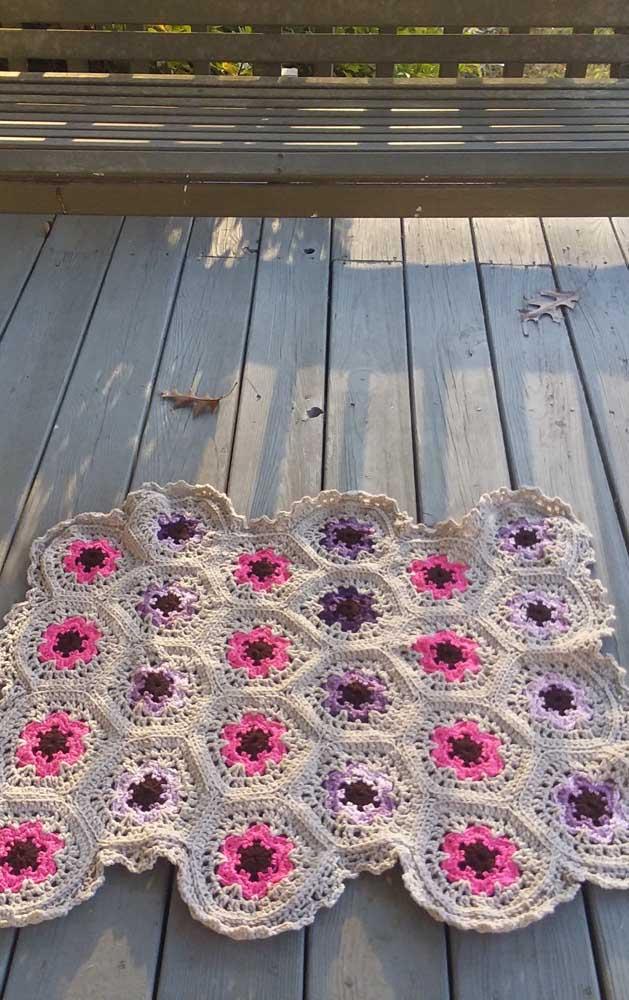 Rosa e lilás para as flores desse tapete de crochê
