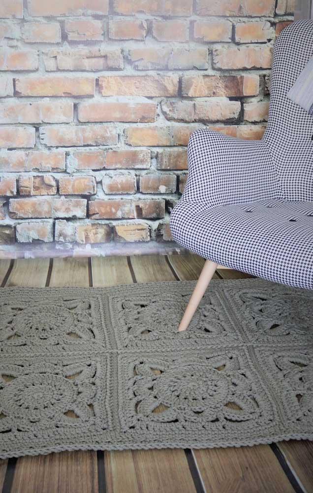 Um tom neutro e sóbrio de tapete de crochê com flores para não ter erro na decoração