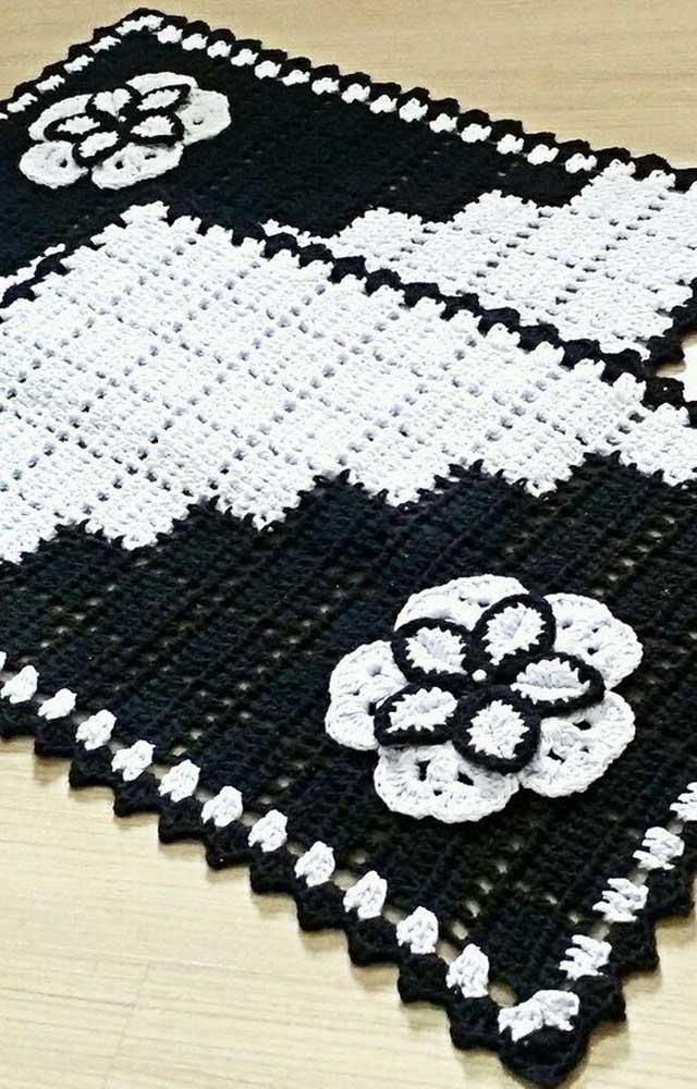 O clássico preto e branco usado, dessa vez, para a confecção de um tapete de crochê com flores