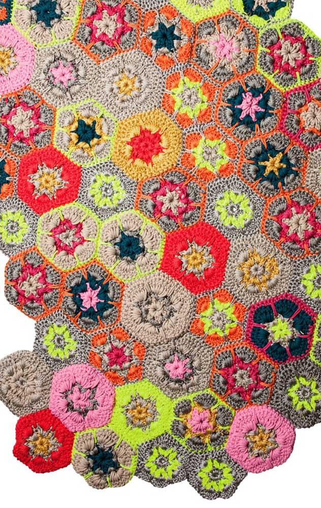 Um patchwork de flores em crochê! Lindo modelo de tapete para você se inspirar