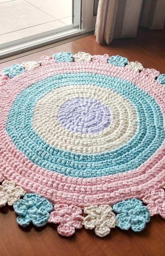 Tons delicados e suaves enchem de beleza esse tapete de crochê redondo com flores nas bordas
