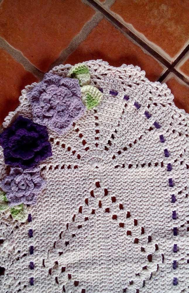 Dê uma cara nova ao tapete que você já tem em casa aplicando nele flores de crochê