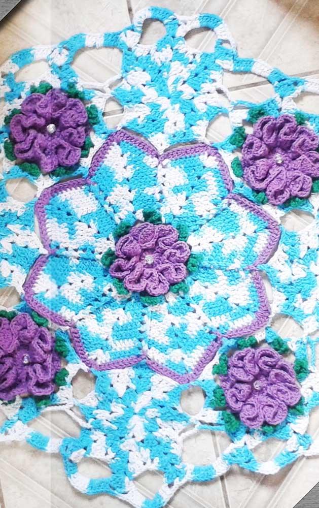 Que lindas flores para o tapete de crochê redondo azul e branco!