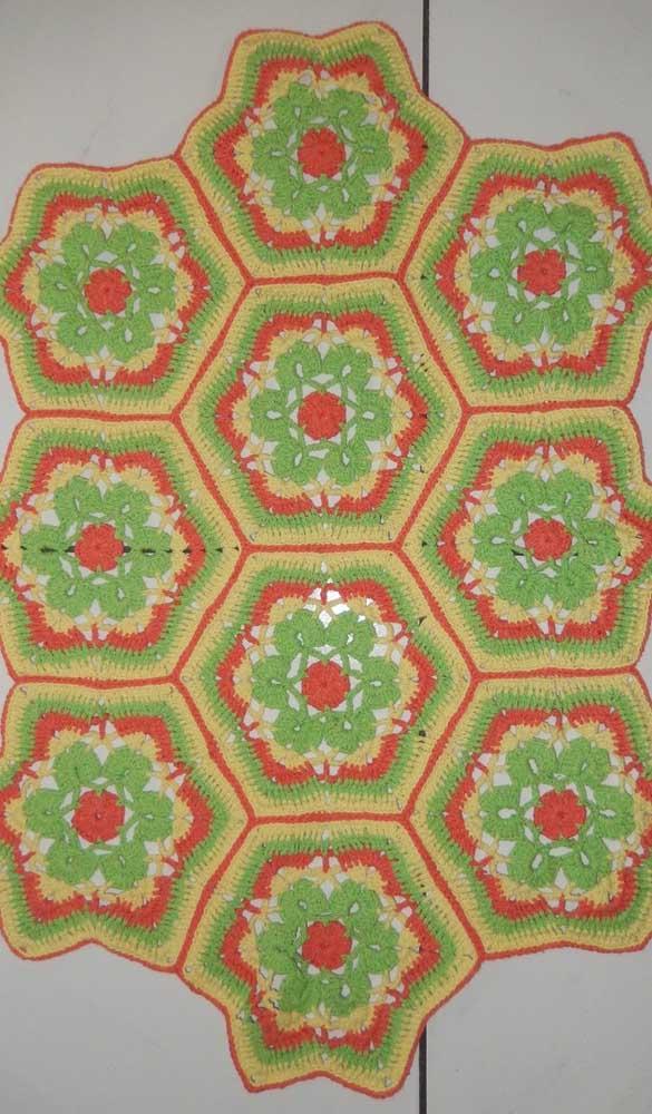 E que tal combinar cores marcantes no tapete de crochê com flores?