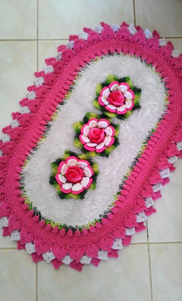 Tapete de crochê oval com flores rosas no centro