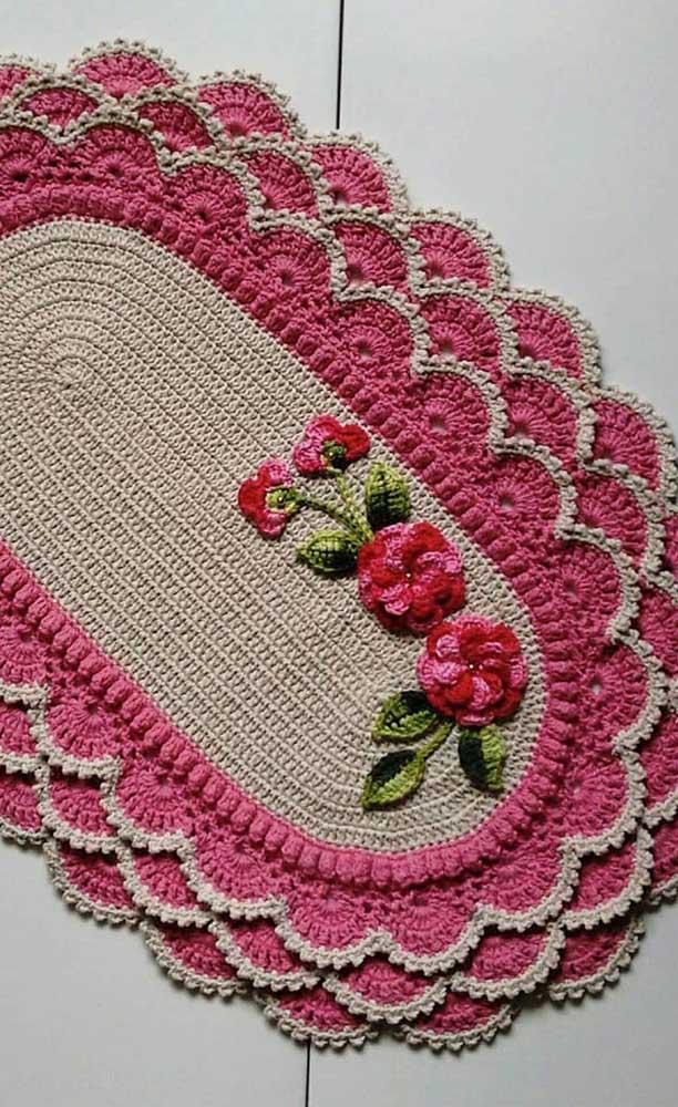 Esse tapete cheio de babadinhos ganhou uma aplicação de ramo de flor e flores no centro