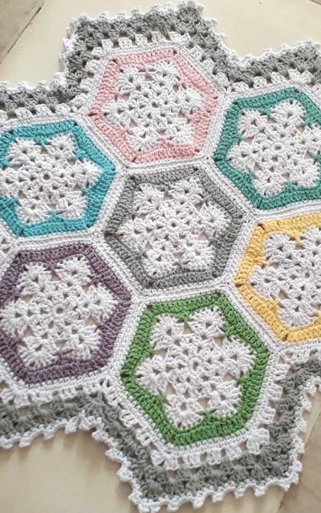 Modelos como esse de tapete de crochê com flores são muito fáceis de fazer, uma vez que basta unir as pequenas peças produzidas individualmente