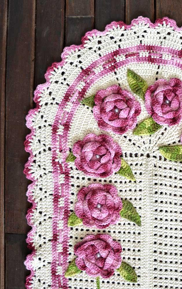 A vantagem de aplicar as flores depois do tapete pronto é que você pode definir com maior clareza qual modelo e cor usar