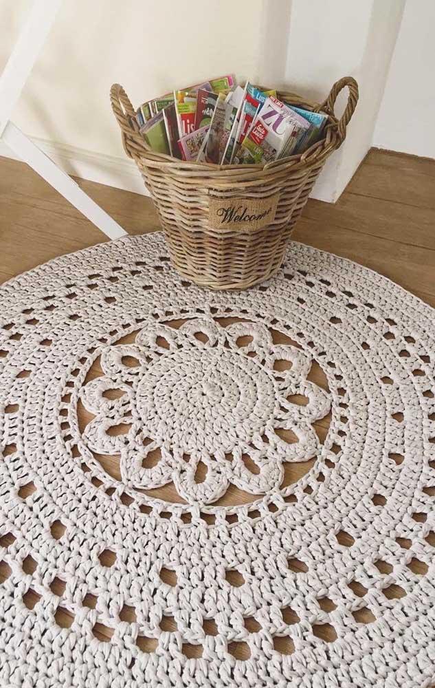 Tapete de crochê redondo grande com flor no meio; repare que a flor foi confeccionada junto com o tapete