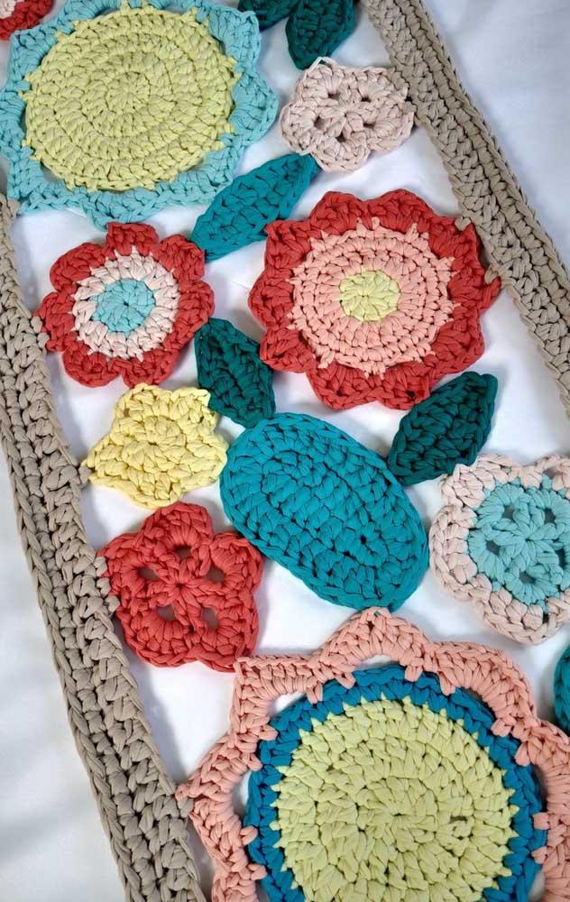 Que ideia diferente de tapete! Aqui, a união das flores cria um efeito vazado super interessante