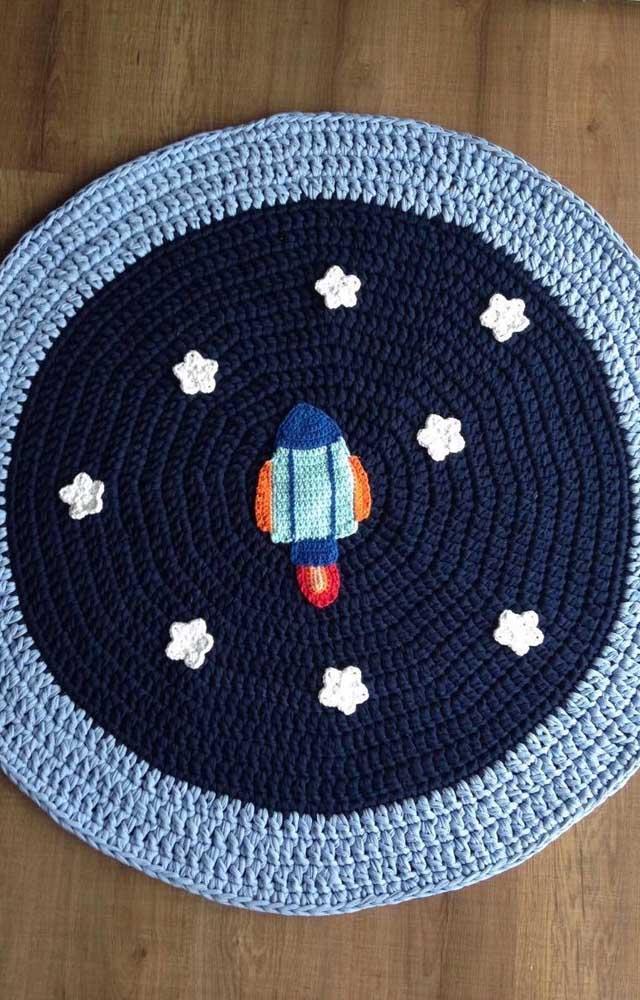 Quem tem criança em casa vale a pena se inspirar nessa ideia: tapete de crochê redondo com flores fazendo a vez das estrelas do espaço