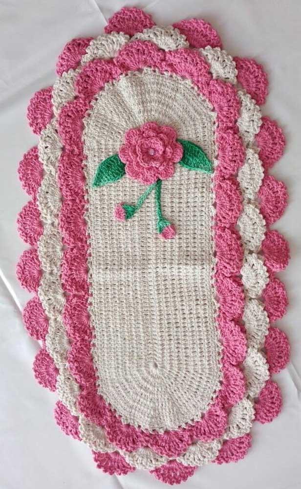 Repare como uma simples florzinha faz toda a diferença no acabamento final do tapete de crochê