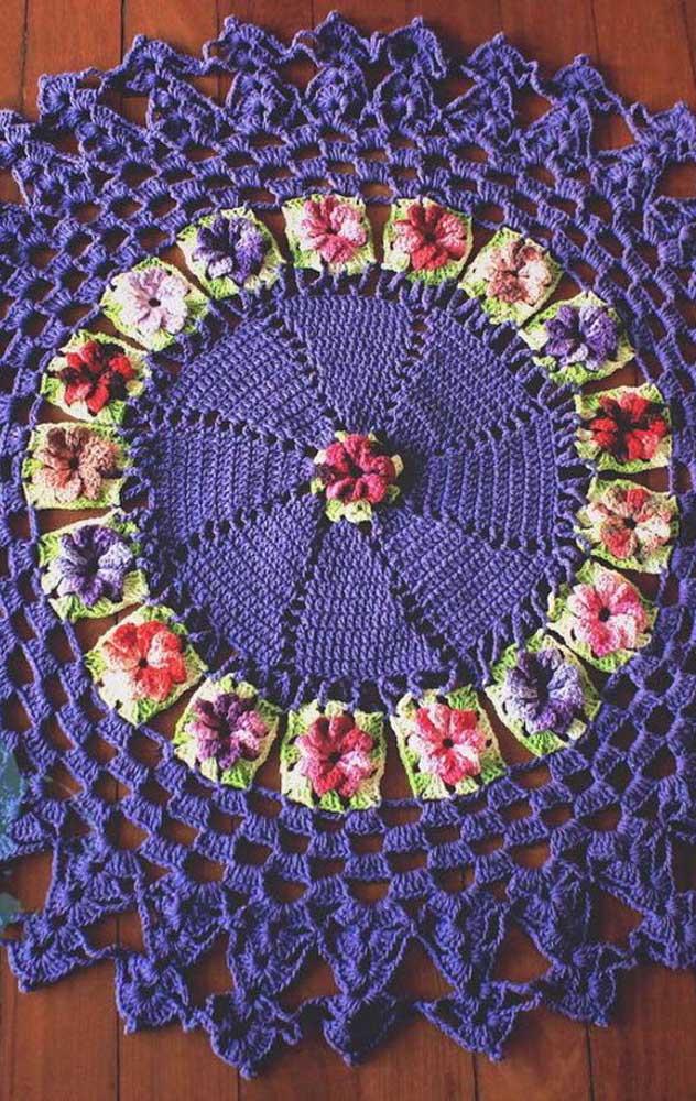 Já pensou em ter um tapete de crochê redondo roxo?