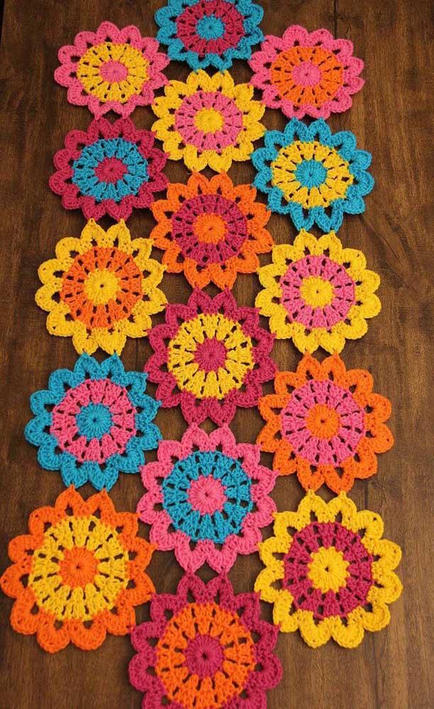 Alegres e divertidas, esse tapete de crochê com flores tem todo o potencial para roubar a cena na sua casa