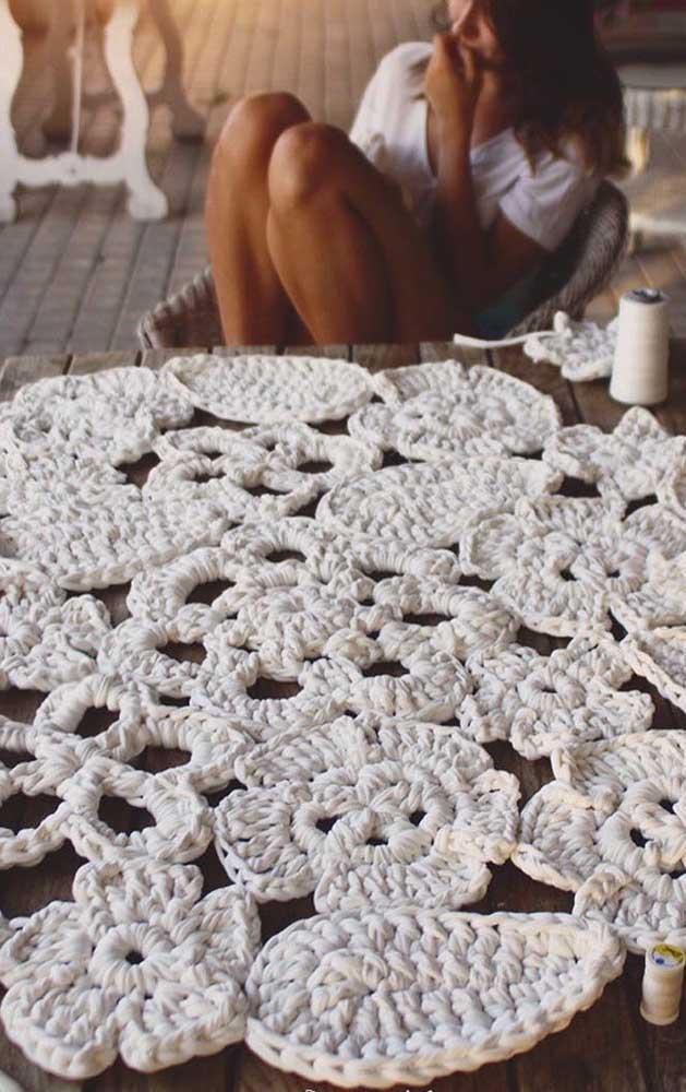 Flores e folhas nesse tapete de crochê feito com barbante cru
