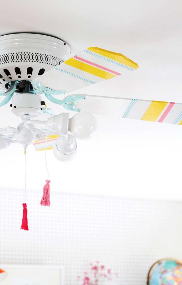 Um ventilador de teto branco com detalhes coloridos pra lá de estiloso