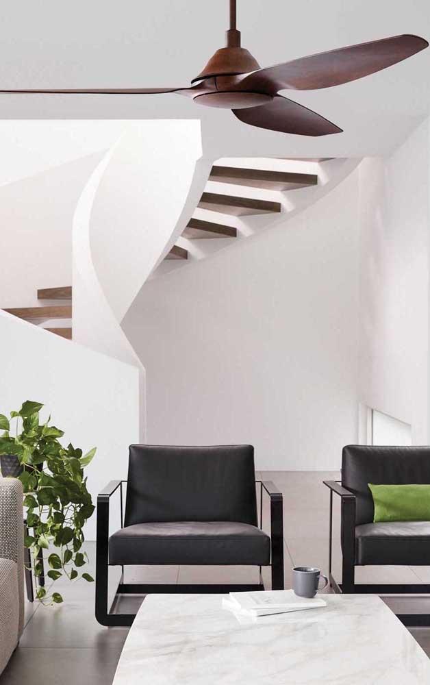 A cor marrom do ventilador de teto é neutra e elegante, perfeita para ambientes clássicos e refinados