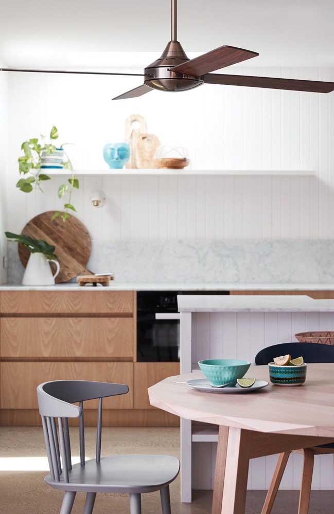 Ventilador de teto marrom com pás de madeira para refrescar a cozinha